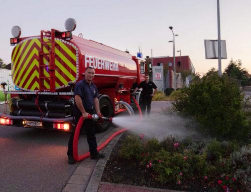 Natürliche Bewässerung reicht nicht aus — Feuerwehr unterstützt beim Gießen von Pflanzen